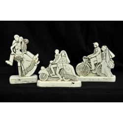 Sposi in resina tipo pietra su bici e vespa. Ass 3. CM 10x3 H 8 con scatola