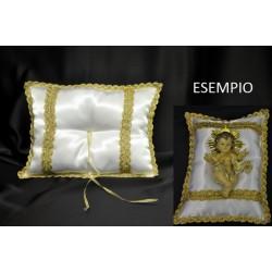 Cuscino raso imbottito con bordo e decori oro lame e nastro centrale. CM 30x23 MADE IN ITALY