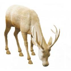 Cervo che bruca in legno di tiglio