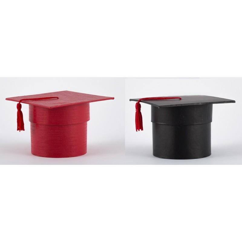 2de118f36a Scatola cartoncino forma tocco laurea rosso o nero. Diam. 7.5 H 7 ...