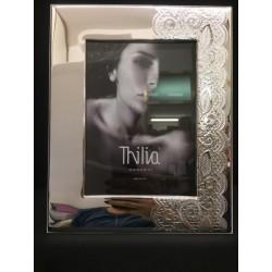 Portafoto argento con trama pizzo e retro legno bianco. CM 13x18