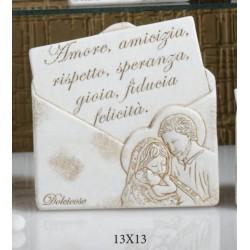 Icona resina forma lettera con Sacra Famiglia, scatola pvc porta confetti e scatola. CM 13x13 MADE IN ITALY