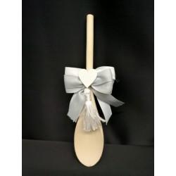 Cucchiaio in legno da cucina con applicazione cuori e fiocchi. CM 20