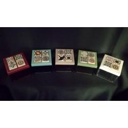 Scatola plexi con tappo colorato a scelta e decorazione maiolica assortita. CM 6x6