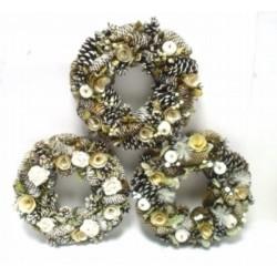 Corona pigne naturale nevata con fiori legno. Ass 3. Diam. 35