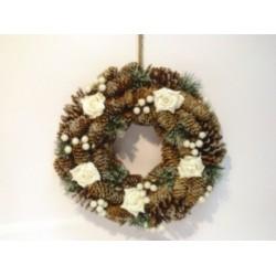 Corona con rose bianche, pigne, bacche e aghi di pino. Diam. 35