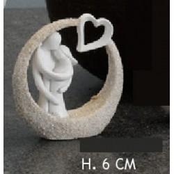Sposi resina stilizzati con cuore su base. Ass 3. H 6