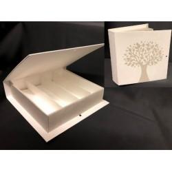 Scatola cartoncino forma libro con decoro albero ed inserto divisorio interno. CM 17x16 H 4. Parte contenitiva CM 14.5x14.5