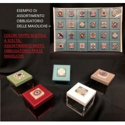 Scatola plexi con tappo colorato a scelta e decorazione maiolica assortita. CM 5x5