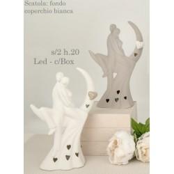 Coppia stilizzata su mezzaluna in ceramica con luce LED e scatola. Ass 2. H 20