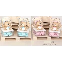Scatola plexi con orso baby in resina e dettagli legno. Ass 2 per colore. H 10