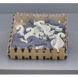 Set 24 cavalluccio in legno da applicazione bianco/blu. CM 4