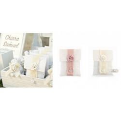 Sacchetto tessuto forma busta con fiocco e rosa applicata. CM 11x14
