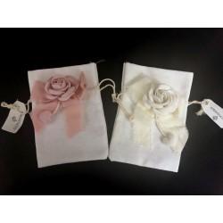 Sacchetto tessuto con fiocco e rosa applicata. CM 9.5x14