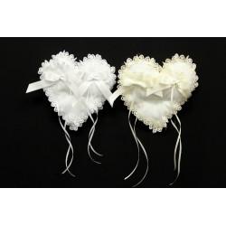 Cuscino portafedi tessuto forma cuore, con pizzo e fiocchi applicati. CM 17x17