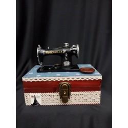 Carillon legno contenitore con macchina da cucire.Mis.21x13 H17