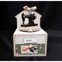 Carillon legno con macchina da cucire e cassetto portaoggetti.Mis.10x10 H15