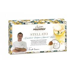 Mandorla tostata e salata, avvolta da cioccolato bianco al gusto vaniglia, con note aromatiche di limoni, crunch di meringhe e d