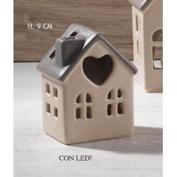 Casetta cuore ceramica con luce LED. H 9 con scatola