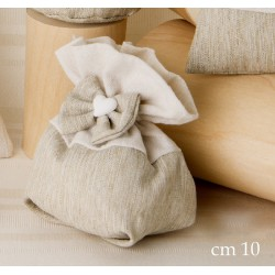 Sacchetto tessuto grezzo con applicazione fiocco e cuore. CM 10