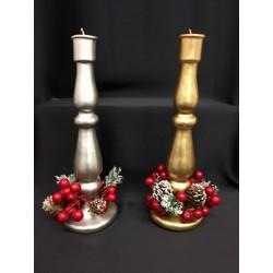 Candela oro o argento con ghirlanda bacche rosse e pigne. H 27