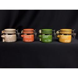 Barattolo ceramica con scritte, cucchiaino legno e chiusura ermetica. Ass.4.  Diam. 5 H 6