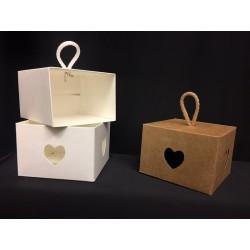 Scatola cartoncino con traforo cuore da appendere. CM 9x9 H 6.5