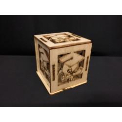 Scatola legno naturale con traforo laurea. CM 6x6x6