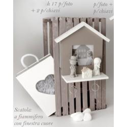 Appendi chiavi in legno forma casa con portafoto, completo di due portachiavi sposi resina con scatola. CM 17