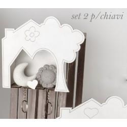 Appendi chiavi in legno forma casa completo di due portachiavi sole e luna in resina con scatola. CM 16