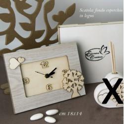 Orologio in legno con decoro albero con scatola. CM 18x24