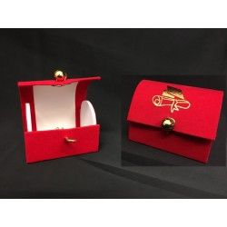 Scatolina forma bauletto in cartoncino e velluto rosso con stampa laurea. CM 7x5 H 6