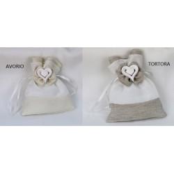 Sacchetto doppio tessuto, bicolor con fiocco e applicazione gesso cuore. CM 9.5x11