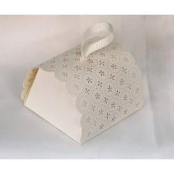 Set 12 scatole carta traforate, tagliate a laser, comprese di nastrino. Base CM 6x6 H 5
