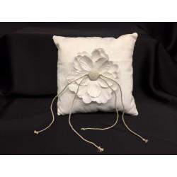 Cuscino portafedi tessuto imbottito con applicazione fiore. CM 20x20