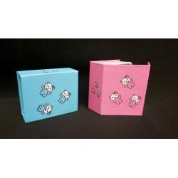 Scatolina forma libro rosa o azzurra con disegno gattini e chiusura calamitata. CM 6x5 H 2.5