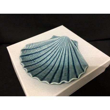 Piattino ceramica forma conchiglia con scatola. CM 12x11 H 2