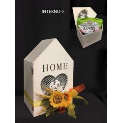Casetta legno con traforo cuore, con interno busta ovetti fondenti GR 500 e decorazione esterna. CM 15x11 H 24