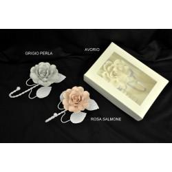 Rosa ceramica con appendino metallo CM 14, con scatola12x17x6 e pvc interno